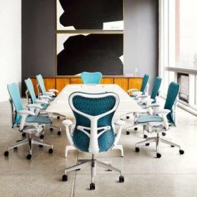 Deze vergaderstoelen geven een kleurrijk accent aan een vergaderkamer