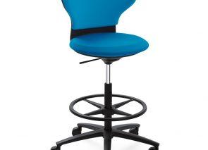 Hoge bureaustoel voor dynamisch vergaderen aan hoge vergadertafel