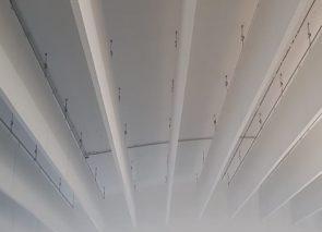 Mooi lijnenspel op plafond en akoestische demping door gebruik van baffles