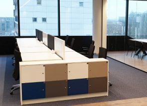 Werkplekken met akoestische schermen met op het op de kast gepersonaliseerde lockerkasten