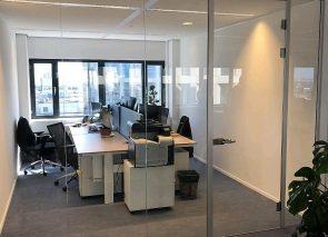 Open sfeer door gebruik van glaswanden op kantoor bij Litebit in Rotterdam