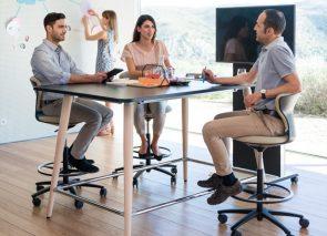 Sedus hoge vergadertafel met bijpassende hoge vergaderkrukken