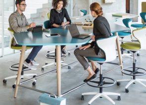 Hoge vergadertafel met bijpassende hoge vergader krukken met gasveer