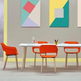 Moderne vergadertafel en stoelen met houten onderstel