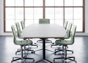 Vergadermeubilair in lichte tinten goed passend in een scandinavische kantoorinrichting