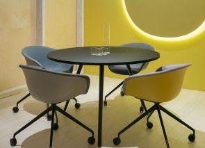 Ronde vergadertafel met bijpassende kuipstoeltjes voor klein overleg op kantoor