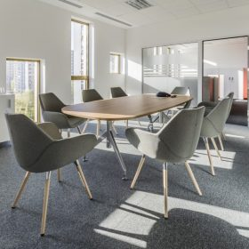Modern vergadermeubilair in lichte tinten met een warme huiselijke uitstraling