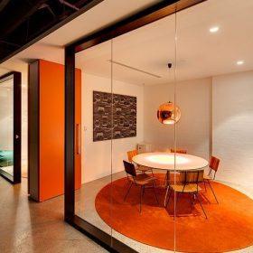 Vergaderruimte met een warme uitstraling door gebruik van oranje tinten
