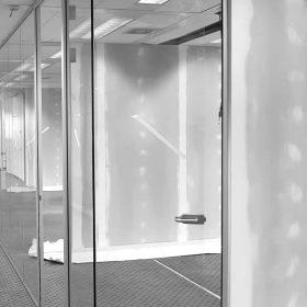 Glaswand van maar liefst 32,5 meter uit 1 stuk met glazen deuren geleverd en gemonteerd