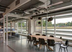 Naadloos akoestisch plafond tegen geluidsoverlast