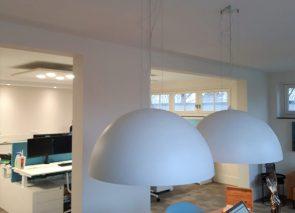 koepellampen boven vergadertafel
