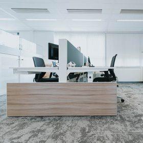 Duo werkplekken afgewerkt met een houten wang voor een moderne kantoorinrichting