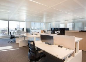 Witte bureau's met wangpoot en akoestisch scherm