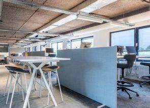 Bureauwanden kunnen ook aan de zijkant geplaatst worden voor meer privacy en geconcentreerd werken