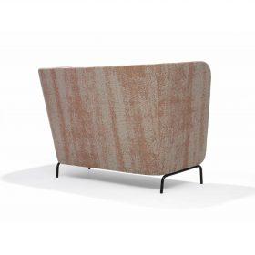 Achterzijde van sofa Broes waar de ronde vorm mooi tot uiting komt