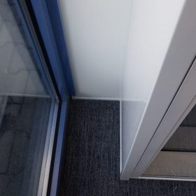 Detail geplaatste hoek van systeemwand kantoorverbouwing
