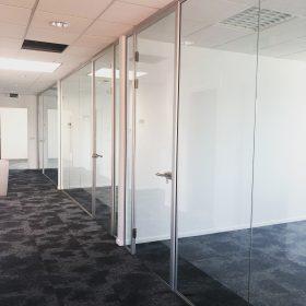 Eindresultaat plaatsing glaswanden bij bedrijfspand in Eindhoven