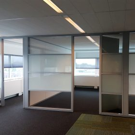 Deze systeemwanden zijn deels voorzien van melkglas voor extra privacy op kantoor