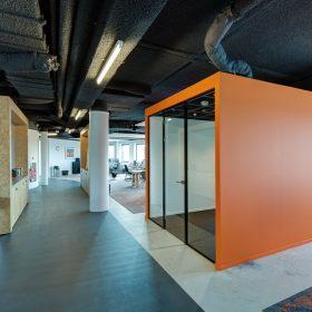 Akoestisch spuitplafond ideaal voor hoge kantoorpanden
