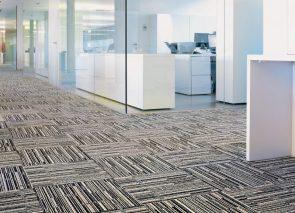 Met deze tapijttegel kun je mooie patronen maken door verschillende legrichtingen te combineren