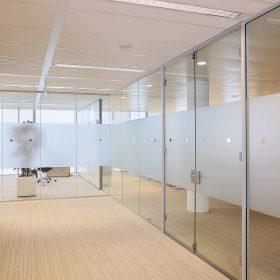 Voor extra privacy wordt vaak gebruik gemaakt van folie op glaswanden