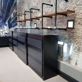 Zwarte kantoorkast met schuifdeuren voor akoestische demping op kantoor