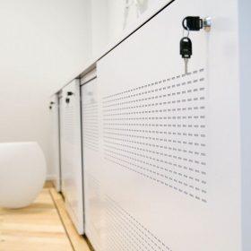 Akoestische schuifdeurkast voor beperken van nagalm op kantoor