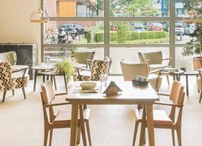 Zorgmeubilair in lichte stijl met bijpassende fauteuils