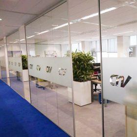 Volglaswanden bewaren de transparantie van een kantoortuin