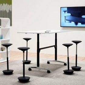 Deze in hoogte verstelbare verrijdbare klaptafel is ideaal voor flexibel overleg op kantoor