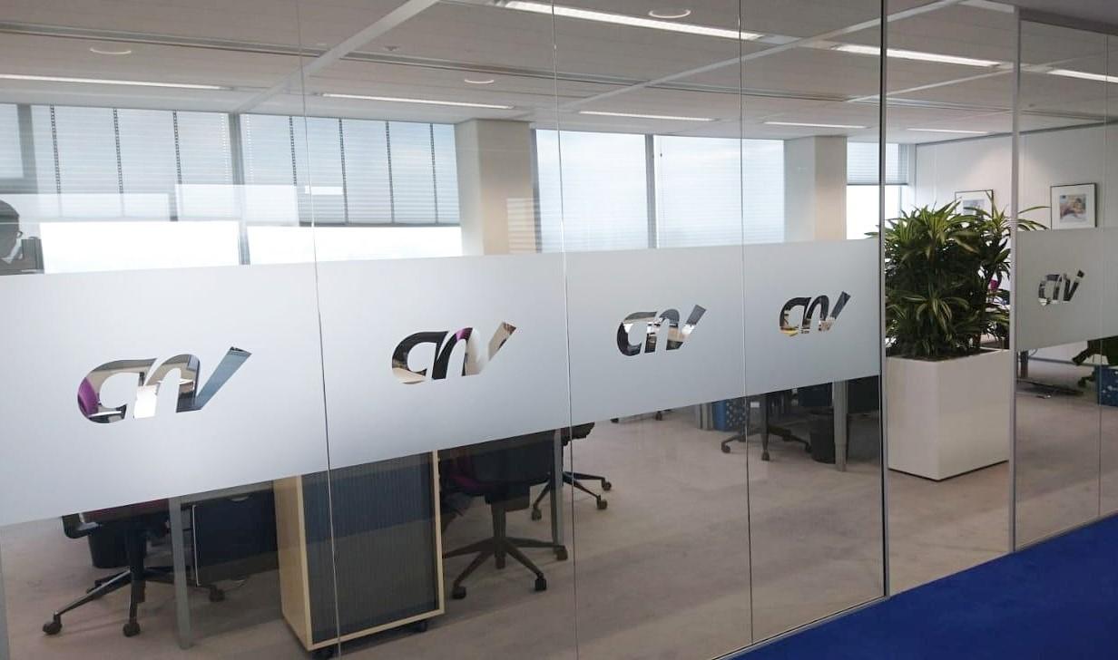 Glaswanden geplaatst met matterende folie voor meer privacy