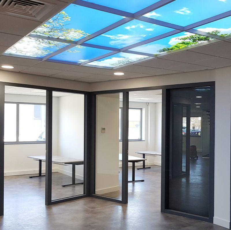 Inzicht in nieuwe werkkamers met gemonteerde werkplekken