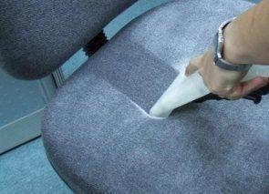 Droogschuimreiniging voor kantoorstoelen