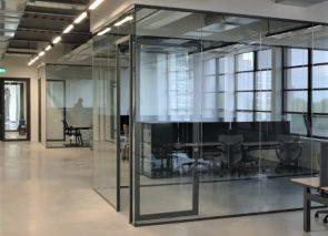 Glaswanden met een industriële uitstraling geplaatst in Eindhoven