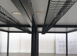 Lijnenspel onder de werkplek, bekabeling, draadrekjes