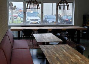 Bedrijfskantine Koolwijk met treinbanken en boomstamtafel