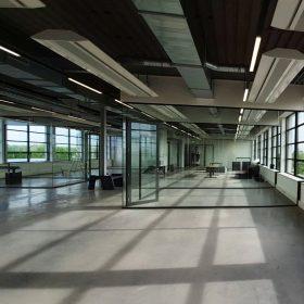 De structuur van dit oude industriele pand blijft goed zichtbaar door gebruik te maken van volglaswanden