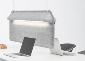 De Vorm Workspace Divider en lamp ineen