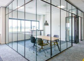 Kantoorinrichting bij DSV in Amsterdam vergaderkamer glaswanden
