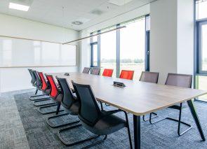 Kantoorinrichting bij DSV in Amsterdam vergaderkamer met Taps tafel van Voortman