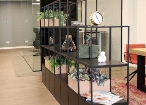 Modulaire kast zorgt voor afscheiding tussen werkplekken en wachtruimte