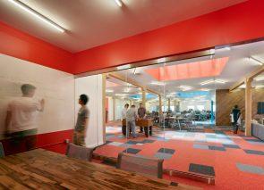 De kleur oranje op kantoor stimuleert o.a. creativiteit
