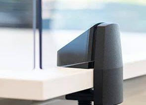 Plexiglas met draaiklemmen op bureaublad monteren