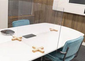 Plexiglas panelen op vergadertafel
