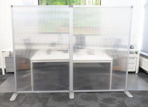 Scheidingswand op kantoor koppelbaar plexiglas semi transparant