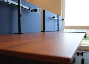 Detail bureaubladen en akoestische bureaudividers
