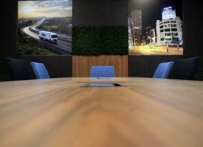 Vergaderkamer - boardroom is uitgevoerd in donkere sfeervolle kleuren