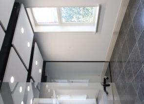 Door het gebruik van glas en veel lichte tinten ontstaat een lichte transparante kantoorruimte