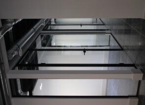 Door plaatsing van glaswanden met zwart gepoedercoat frames onstaan open kantooruimtes