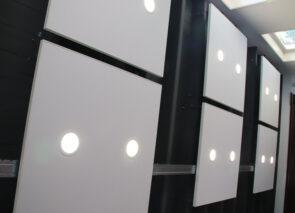 Om de akoestiek te verbeteren zijn er overal in het pand akoestische plafondpanelen geplaatst met geïntegreerde led verlichting